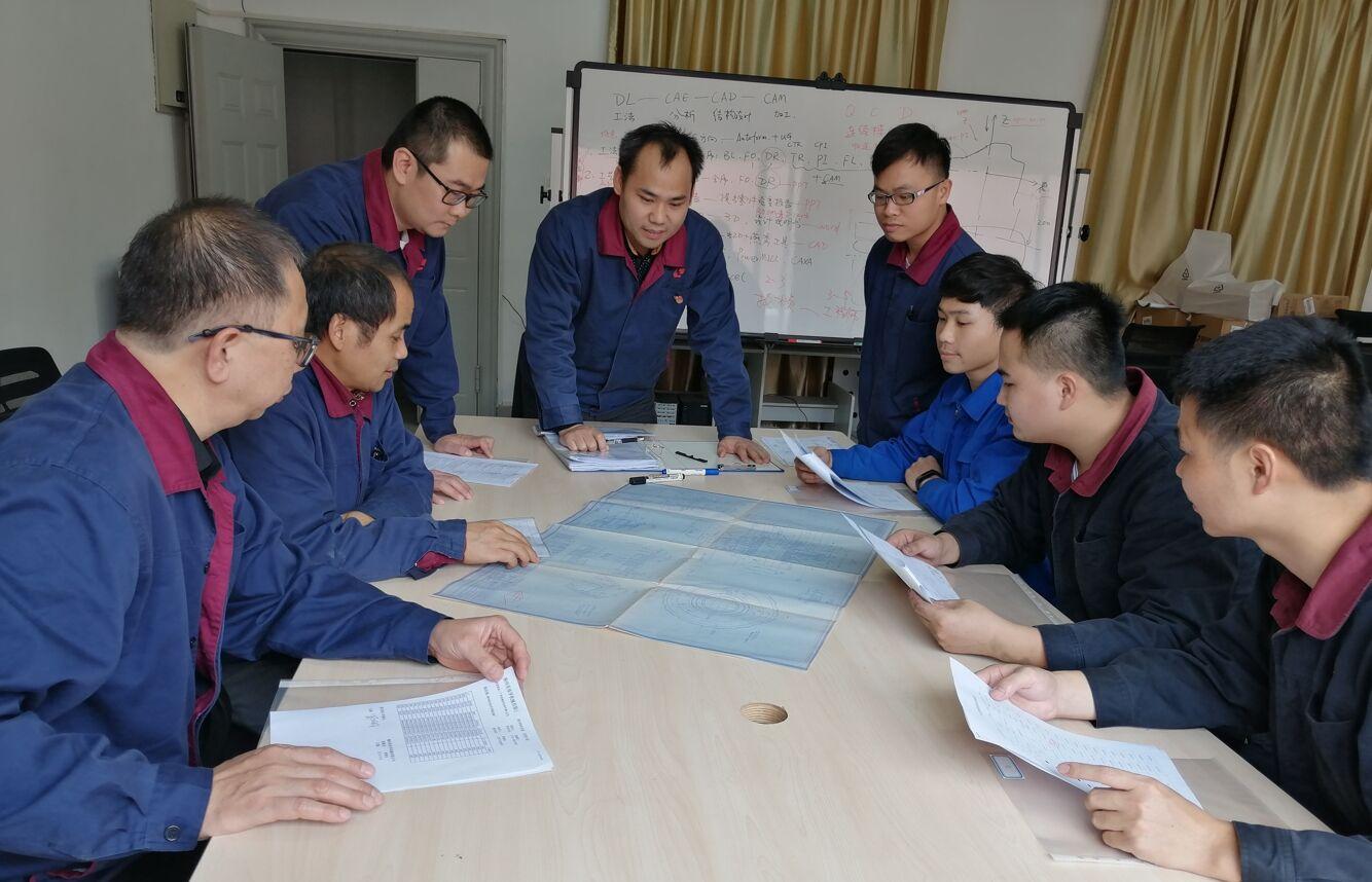 工作室成员在评审零件工艺.jpg