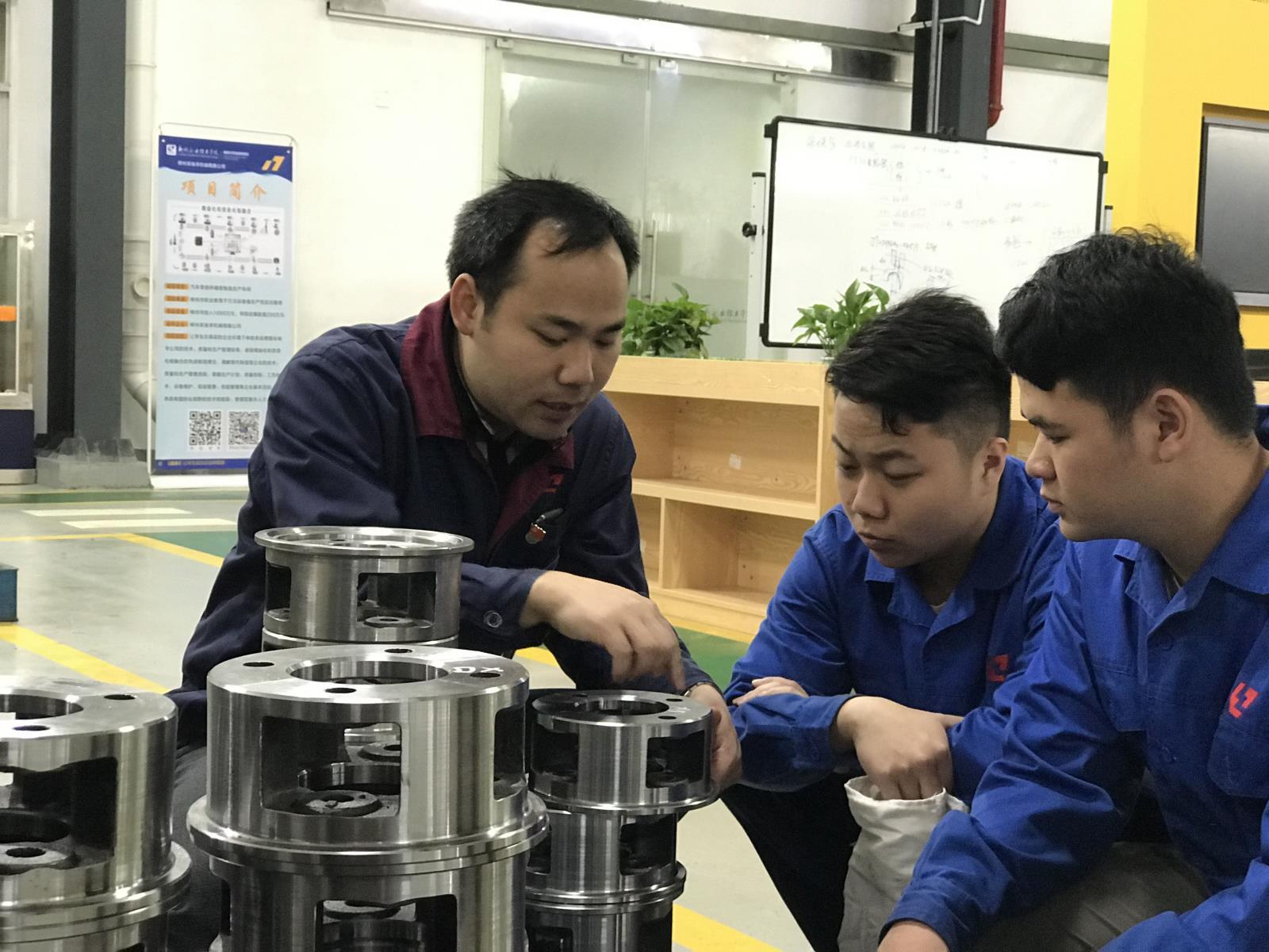 甘达淅老师在指导跟岗实习的学生.jpg